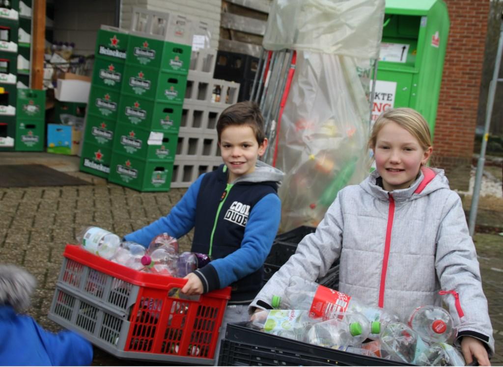 Voetballertjes van SVBV  verzamelden zaterdag lege flessen. Foto: PR.