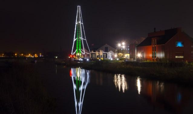 De Fakkel in kerstsfeer; Op de cortenstalen wand is de fotogalerij. Foto: Henk van Raaij