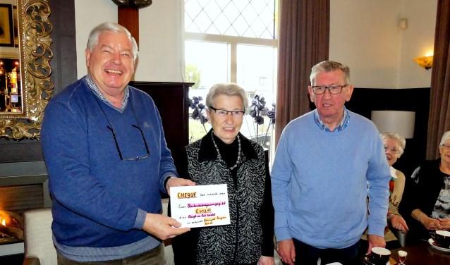 Bennie Mulling (r) en Netje Berndzen-Kniest hebben Wim Hendriksen een cheque overhandigd. Foto: PR