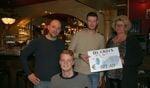 Ernst Jan de Gee en Jeroen Eelderink van 'de Groes' geven in bijzijn van Carsten, de cheque aan Sylvia Reindsen van de Stichting 'Knallen voor Carsten'. Foto: PR