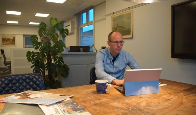 Wim Bielderman op zijn nieuwe werkplek aan de Dorpsstraat 20. Foto: Bernadet te Velthuis