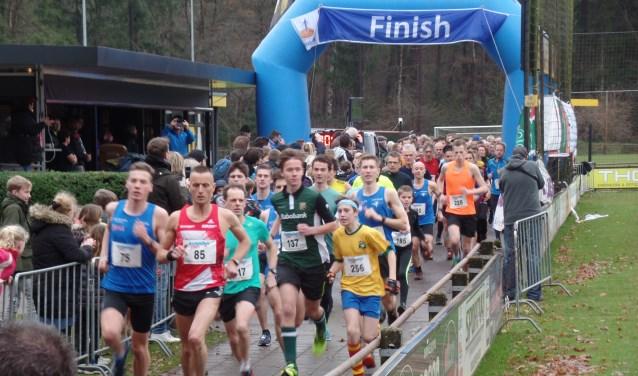 De start van de vijf kilometer met als winnaar Bob te Lindert uit Heelweg met startnummer 75 (links). Foto: Jan Hendriksen