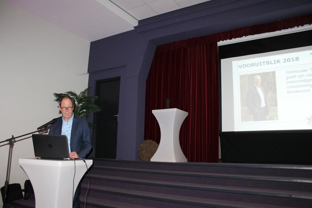 Wethouder Ted Kok spreekt de bezoekers van de receptie toe.  Foto: Leo van der Linde  © Achterhoek Nieuws b.v.