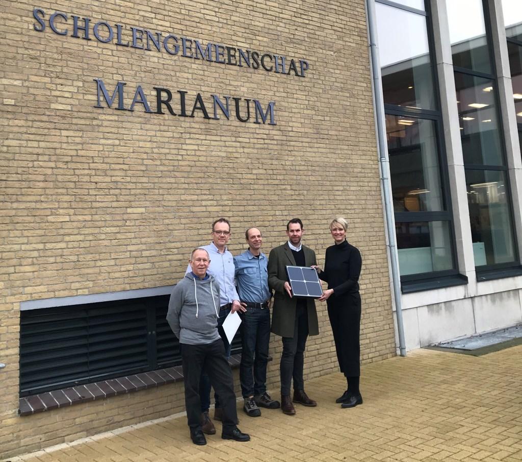van links naar rechts: Theo Sprenkeler en Paul Wallerbos (Groenkracht Groenlo), Frank Severins (facilitair manager Marianum), Dominic Monasso (Tenten Solar) en Margreet Rave (hoofd organisatie en bedrijfsvoering Marianum).