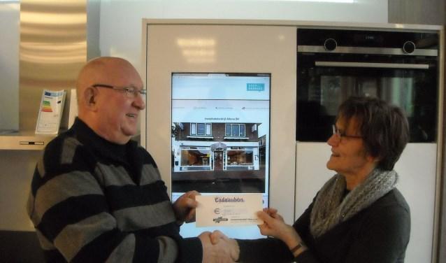 Willemien Altena van Service Partner Altena reikte de prijs uit aan Bennie Spekschoor. Foto: PR.