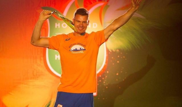 Jelle van Gorkom tijdens de Olympische Spelen in het Holland Heineken House om zijn medaille te laten zien.Foto: PR Jelle van Gorkom