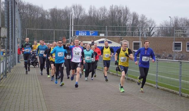 Winnaar bij de tien km werd Rudi Ruesink, op de foto zwaaiend. Foto: Frank Vinkenvleugel