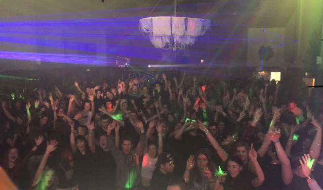 Dj's Double B en feest DJ Martin vermaakten het publiek in de grote zaal van het Kulturhus. Foto: PR
