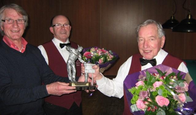 Winnaar Joop Kleinpenning (r) en Willy Gieling (midden) na de finale. Foto: PR