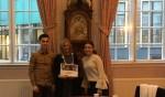 Osman Köyçü en Inci Cakar van Praktijkonderwijs Zutphen met de burgemeester. Foto: PR