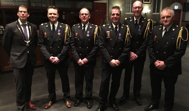 V.l.n.r.: Burgemeester Joost van Oostrum, Jos Hasselo, Leo Peters, Albert Kasteel, Geert van Tuil en postcommandant Bert Stegeman.Foto: PR.