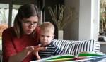 Eva leest haar zoontje voor met gebaren. Foto: Verona Westera