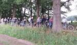Tijdens de fietstoch krijgen raadsleden en andere geïnteresseerden uitleg over de verschillende landschapselementen door Anouk Richters. Foto: Gerard te Hennepe)