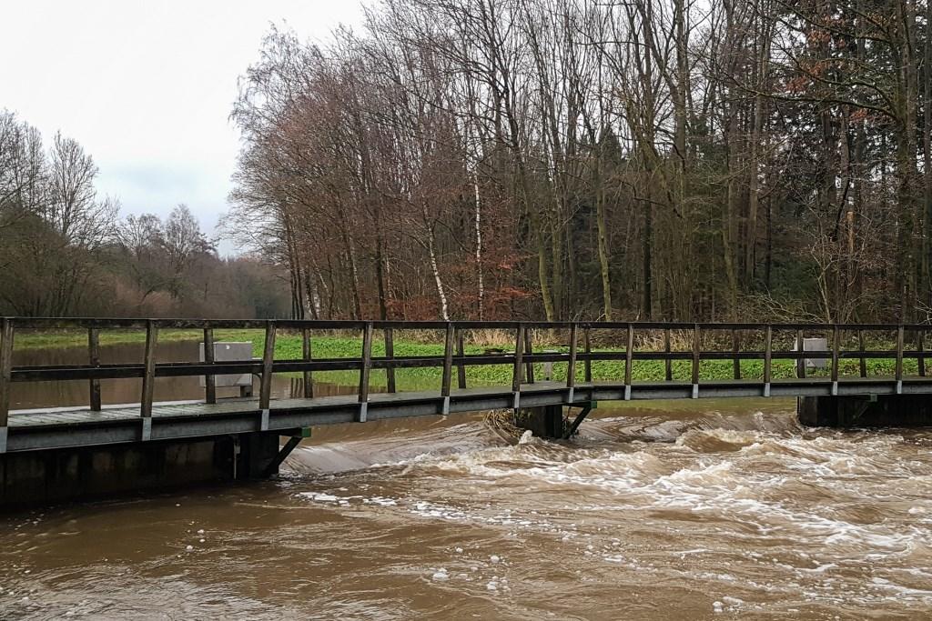 Hoogwater in de Bielheimerbeek bij de Slangenburg. Foto: Burry van den Brink  © Achterhoek Nieuws b.v.