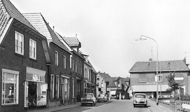 Kerkplein in Varsseveld begin jaren '60 met op de achtergrond de bekende winkel 't Hooge Huus. Foto: collectie Gerard Bruil