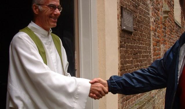 Als ds. Engelage dienst heeft, staat hij altijd bij de deur om de mensen welkom te heten. Foto: PR