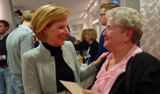 Gracia Rouwen (l) neemt de felicitaties in ontvangst van Gerda Grotenhuijs. Foto: Jan Hendriksen
