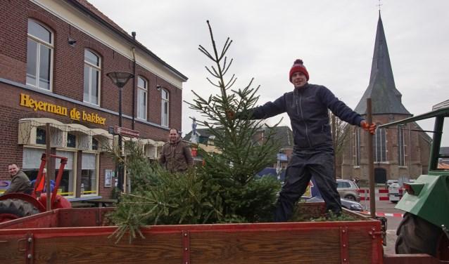 De CJV in actie om kerstbomen op te halen. Foto: Frank Vinkenvleugel