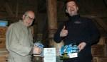 Overhandiging cheque door bakker Alfons van Zuijlen aan molenaar Dirk-Jan Abelskamp.Foto: Armin van Zuijlen