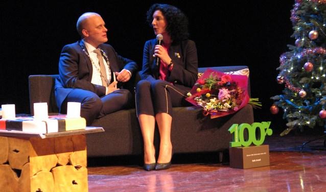 Promotieprijswinnaar Nadia Zerouali beantwoordt een vraag van de burgemeester. Foto: Bernhard Harfsterkamp