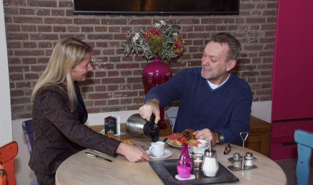Theo en Tamara zijn twee van de vrijwilligers die het ontbijt verzorgen. Foto: Frank Vinkenvleugel
