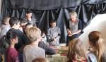 Gea Oosterveld laat de jongeren kennismaken met traditionele kniepertjes. Foto: PR