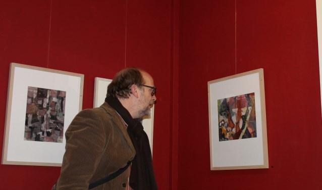 Henk Rijks bekijkt de expositie. Foto: Leo van der Linde