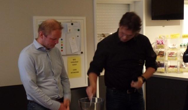 Onder toeziend oog van OC lid Ron Wopereis verrichte voorzitter Henry Meutstege de loting van het KS toernooi. Foto: Jan Hendriksen.