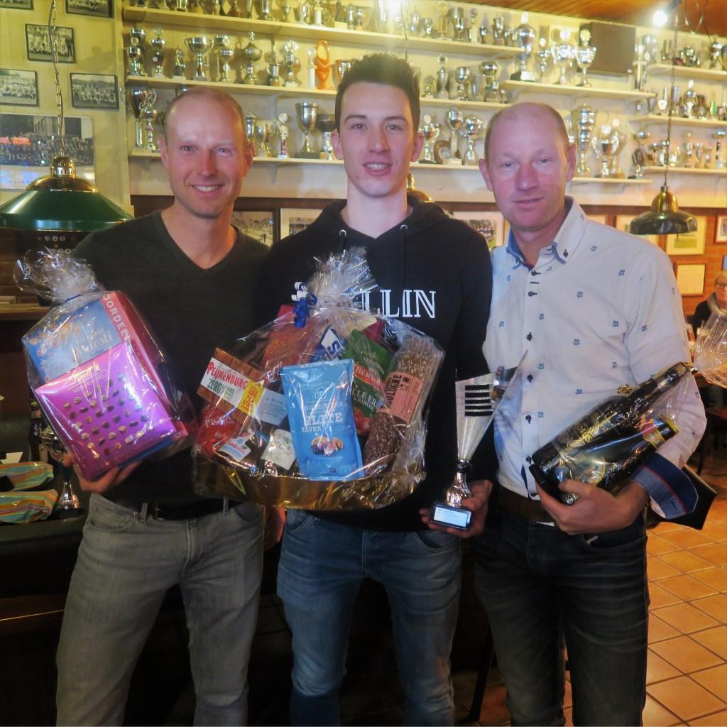 Winnaar Nieuwjaarsloop 2018 Max de Vries (midden) met links Wouter Scharenborg (tweede) en rechts Christian Reinders (derde). Foto: Theo Huijskes Foto: Theo Huijskes © Achterhoek Nieuws b.v.