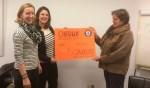 Bertine Schieven (l) en Barbara Evenhuis (m) van Ladies' Circle Zutphen overhandigen de cheque aan Elize de Weerd, voorzitter van Noaberhulp. Foto: PR