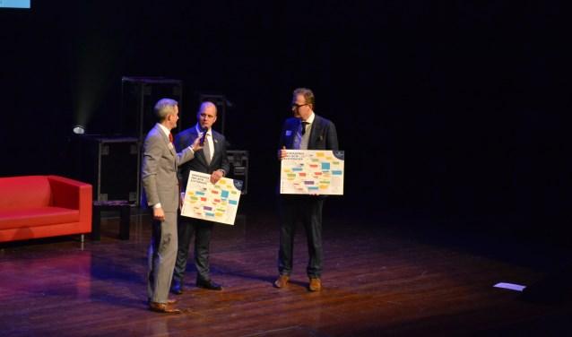 Peter Rikken (links) heeft de Groeiagenda overhandigd aan de burgemeesters Boumans en Bengevoord (midden). Foto: Leander Grooten