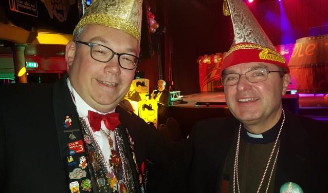 Jan Riesewijk (l) en pastoor Herman de Jong beleven een fantastische avond tijdens de eerste pronkzitting van CV De Knunnekes. Foto: Kyra Broshuis