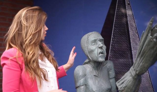 De presentatrice van het filmpje bij het beeld van Smoks Hanne. Foto: PR