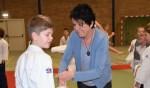 José van Hal springt in haar tweede week als directeur van de Pannevogel net zo gemakkelijk in voor een afwezige juf van groep vijf en helpt bij de speciale gymles; judoles van Judoschool Pot. Foto: Alice Rouwhorst