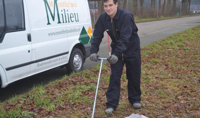 Arjan Ellmann in de weer met een grondboor. Foto: Joke Burink