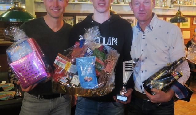 Winnaar Nieuwjaarsloop 2018 Max de Vries (midden) met links Wouter Scharenborg (tweede) en rechts Christian Reinders (derde). Foto: Theo Huijskes
