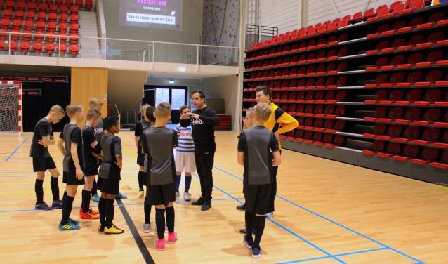 Stojan Visser coacht kids tijdens Pelota MasterClass. Foto: Roel Tomassen