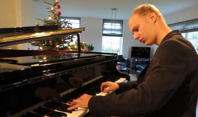Jorrick Simmes debuteert op het Nieuwjaarsconcert in Kasteel Huis Bergh. Foto: Josée Gruwel