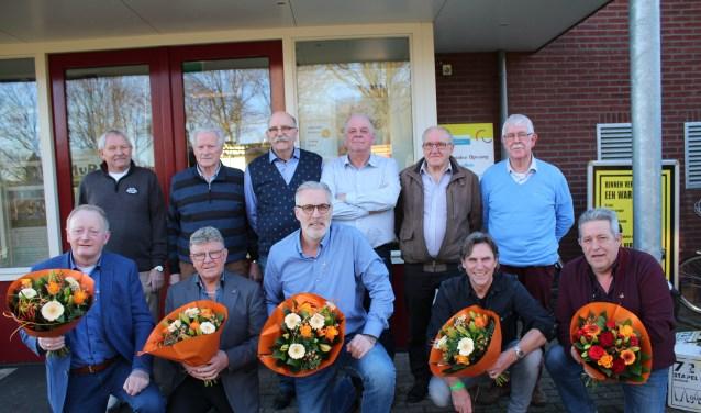 De heren van de supportersvereniging en de jubilarissen. Foto: Marlous Velthausz