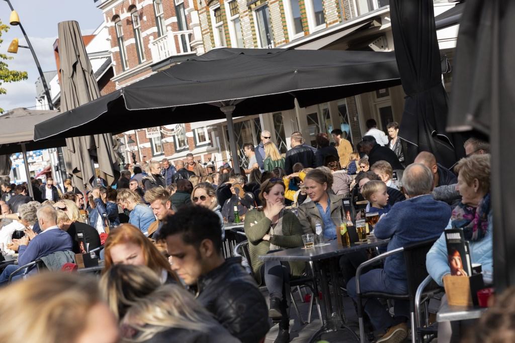 Nog even genieten van de najaarszon op de volle terrassen. Foto: Jorieke Philippi  © Achterhoek Nieuws b.v.