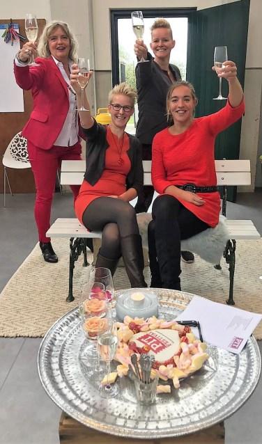 Annemieke Bremmer (links zittend), Johanna Oosterbaan (ernaast), Caroline Sanders (links staand) en Ingeborg van der Oord dagen uit om mee te doen aan het PIT-festival. Foto: Josée Gruwel