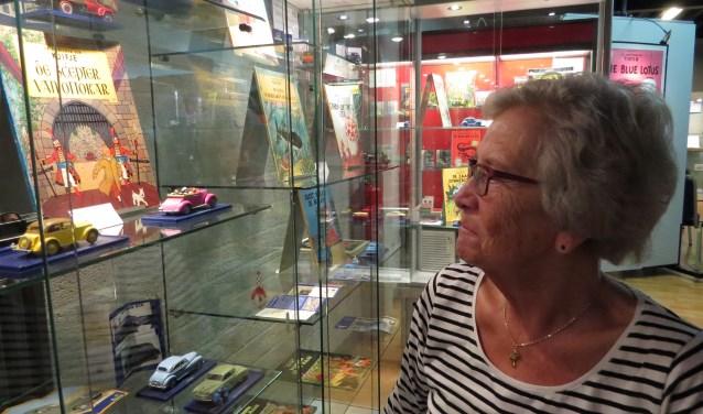 Jopie Ferwerda vindt het eervol dat de 'Kuifje-autootjes' die haar man verzamelde worden geëxposeerd. Foto: Josée Gruwel