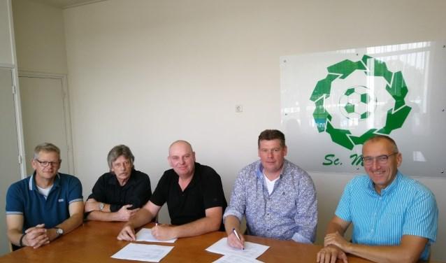 Wijnand en Mike Hoog Antink ondertekenen het contract onder toeziend oog van de Sc. Meddo-bestuursleden. Foto: PR