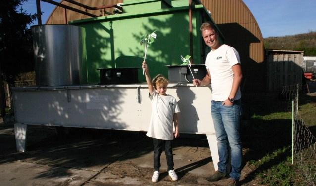 Projectleider Thijs Huls en Willem (l). Hij wil voor de oude gasmotor wel even een demonstratie geven van windenergie. Foto: PR