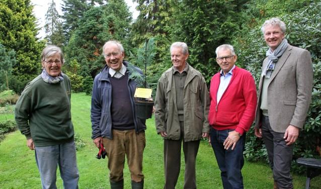 Etty Segers, Rhijnvis Feith met zijn eigen conifeer, Aad van de Kamer, Johan Hengeveld en René Leegte. Foto: Liesbeth Spaansen