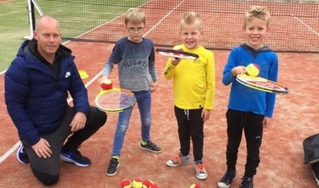 Tennisleraar Niek met trotse tennissers (v.l.n.r.) Gideon, Cas en Jurre. Foto: Nienke Grootbod