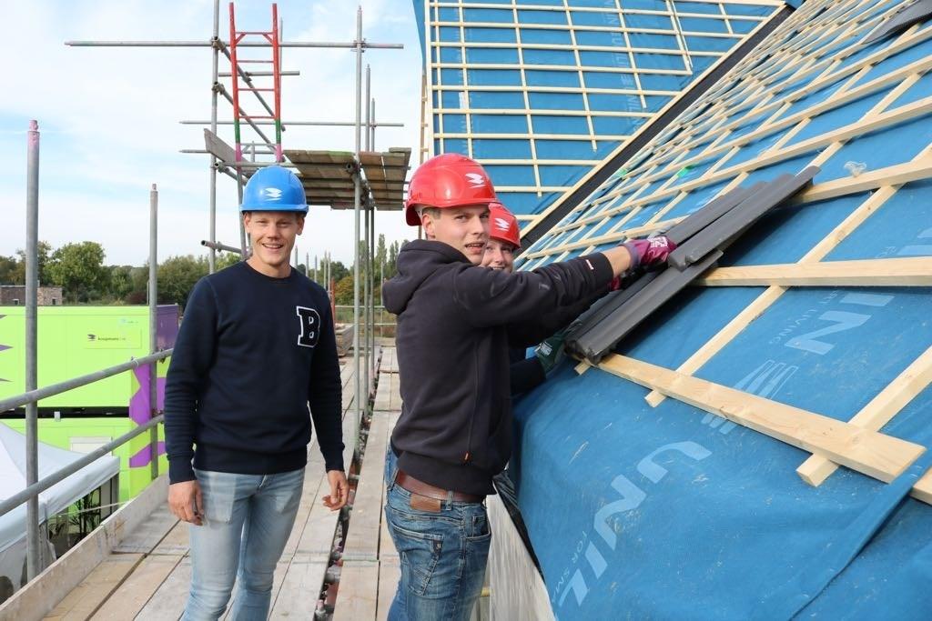 Enkele kopers kregen de eer om de eerste dakpannen te leggen. Foto: PR  © Achterhoek Nieuws b.v.