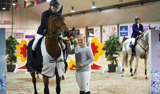 Josta van Straaten ontvangt de PSC Lichtenvoorde-trofee van Mickey Morssinkhof. Foto: Wendy Scholten