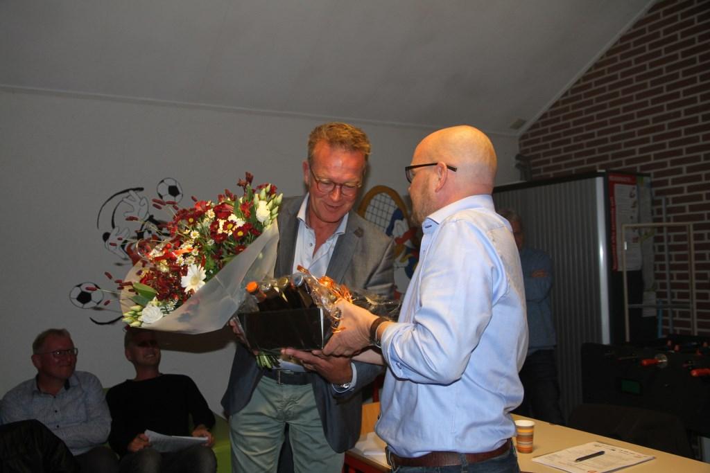 De vertrekkende voorzitter wordt door zijn opvolger bedankt en in de bloemetjes gezet. Foto: PR  © Achterhoek Nieuws b.v.