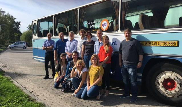 Marloes van den Berg (rode top) en Jolien Wevers (gele top) van Den Diek samen met de andere beheerders op pad om elkaars dorpshuis te beoordelen. Foto: PR
